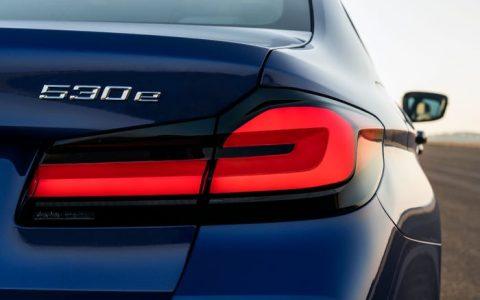 宝马更新了其5系轿车,使其外观焕然一新,并采用了温和的混合动力系统